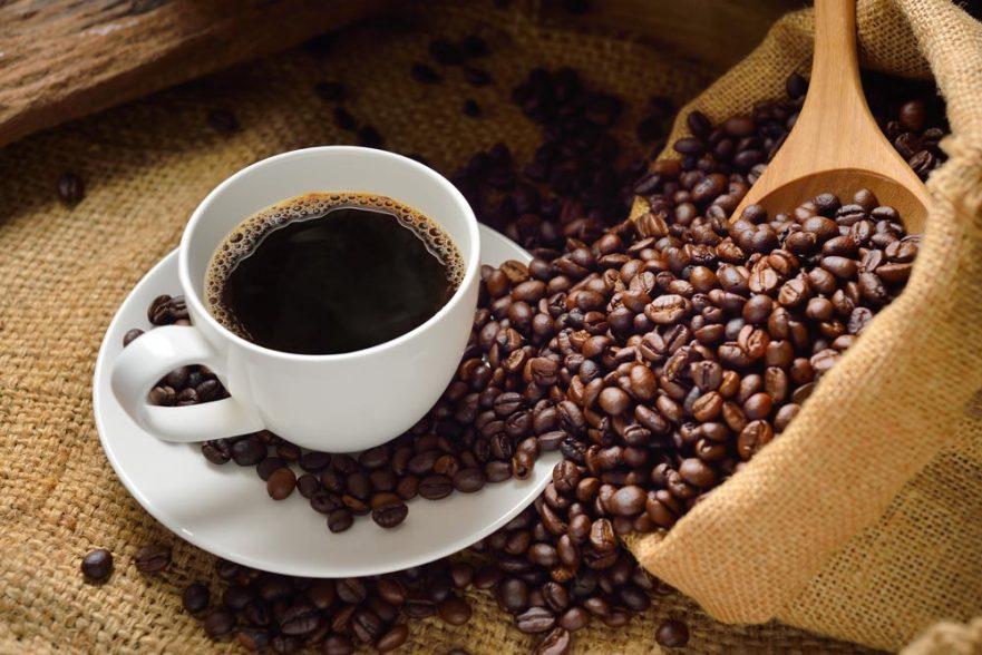 chicara cafe e graos de cafe